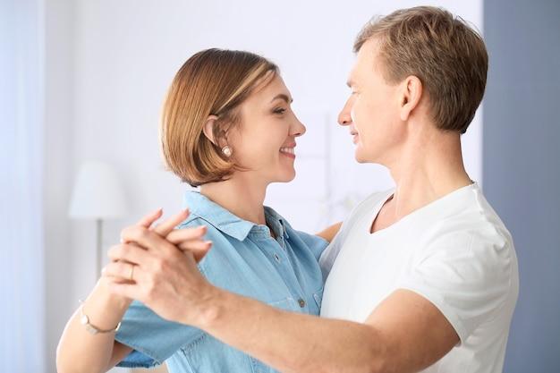 Portrait de beau couple à la maison