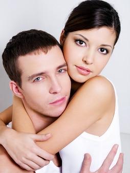 Portrait de beau couple sexuel posant au studio