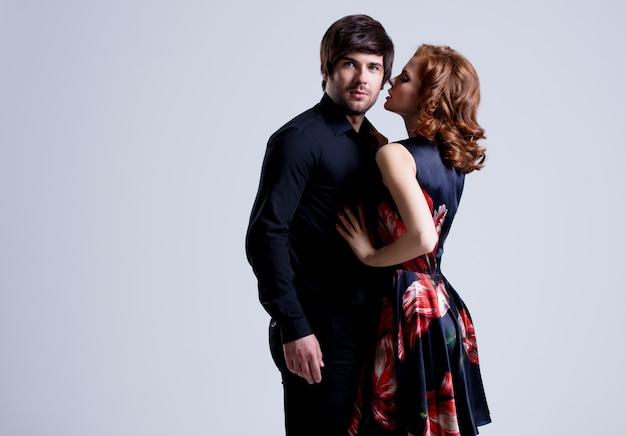 Portrait de beau couple sexy amoureux posant en tenue de soirée