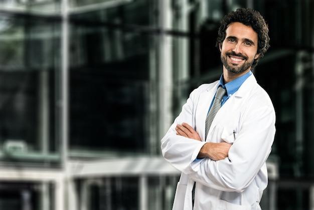 Portrait d'un beau docteur souriant