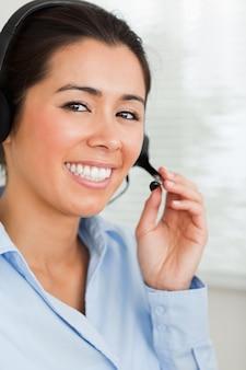 Portrait, de, a, beau, femme, à, a, casque aide aider les clients, assis