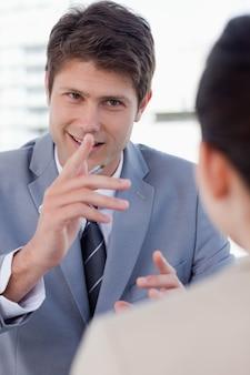 Portrait d'un beau gestionnaire interviewant une candidate