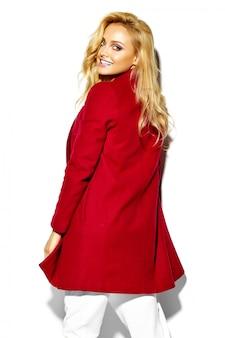 Portrait, de, beau, heureux, doux, sourire, femme blonde, girl, dans, désinvolte, hipster, chaud, vêtements hiver, dans, veste rouge