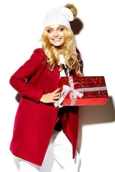 Portrait, de, beau, heureux, doux, sourire, femme blonde, girl, tenue, dans, elle, mains, grand, cadeau noël, boîte, dans, décontracté, hipster rouge, vêtements hiver