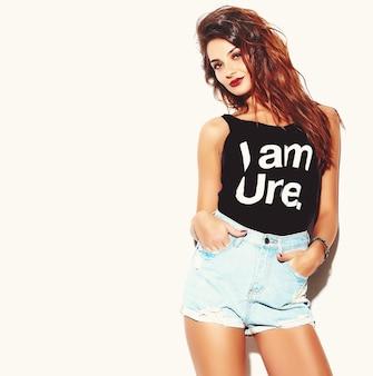 Portrait, de, beau, heureux, mignon, brunette, femme mauvaise, mauvaise fille, dans, désinvolte, hipster, été, vêtements
