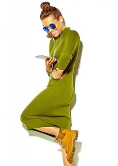 Portrait, de, beau, heureux, mignon, sourire, brunette, femme femme, dans, désinvolte, vert, hipster, été, vêtements, isolé, blanc, dans, lunettes soleil, écoute, musique, dans, smartphone, à, écouteurs
