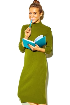 Portrait, de, beau, heureux, mignon, sourire, brunette, femme femme, dans, désinvolte, vert, hipster, été, vêtements, isolé, blanc, mordre, bleu, stylo, à, cahier coloré