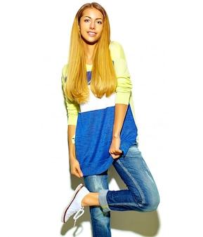 Portrait, de, beau, heureux, mignon, sourire, femme blonde, girl, dans, désinvolte, été, vêtements, sans, maquillage, isolé, blanc