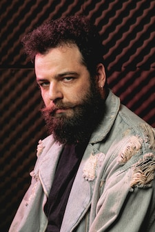 Portrait de beau hipster avec barbe