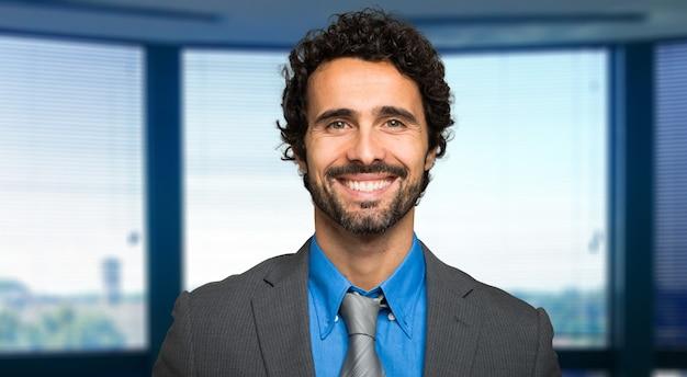 Portrait, beau, homme affaires, moderne, bureau