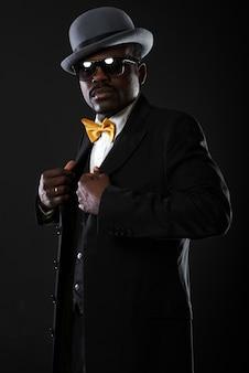 Portrait de beau homme noir en studio