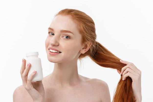 Portrait, de, beau, jeune, caucasien, tenue femme, pilules, essayer, prendre soin, de, système immunitaire, et, santé, sur, gris