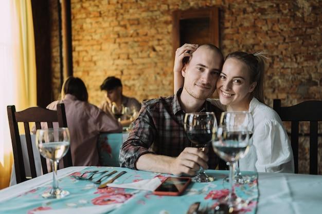 Portrait d'un beau jeune couple amoureux dans un restaurant