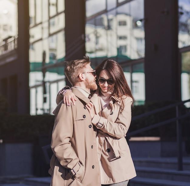 Portrait d'un beau jeune couple amoureux marchant dans la ville