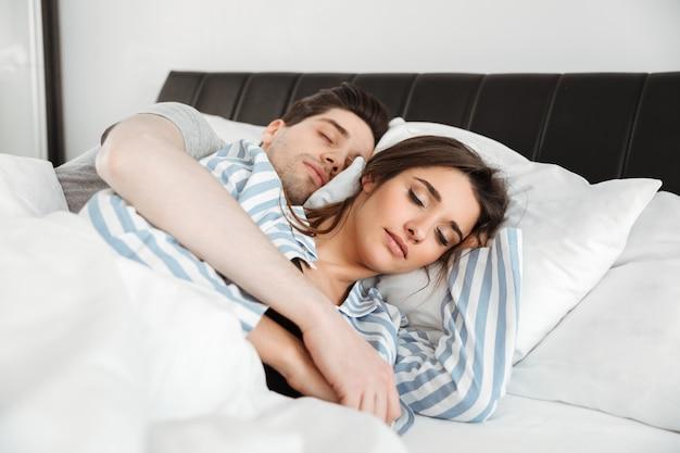 Portrait d'un beau jeune couple couché ensemble