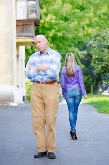 Portrait beau jeune couple femme et homme sur rue