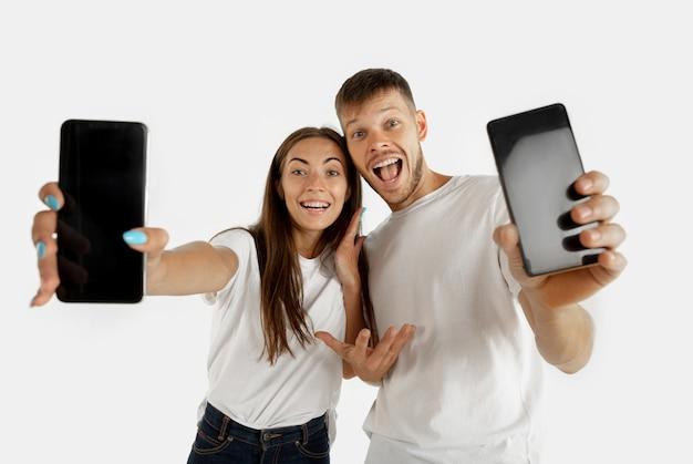 Portrait de beau jeune couple isolé sur blanc