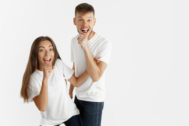 Portrait de beau jeune couple isolé. femme et homme dansant et chantant, ont l'air heureux ensemble.