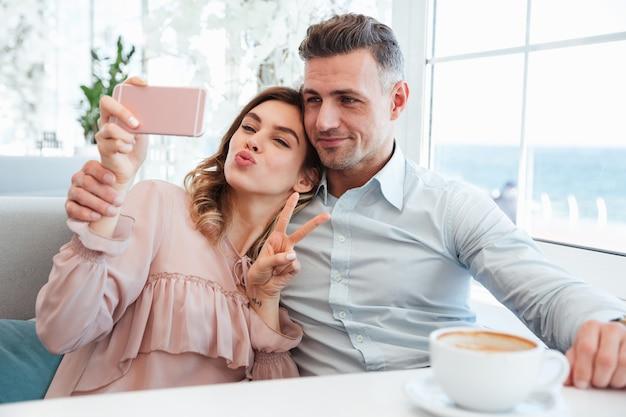 Portrait d'un beau jeune couple prenant un selfie