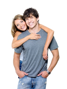 Portrait d'un beau jeune couple souriant heureux