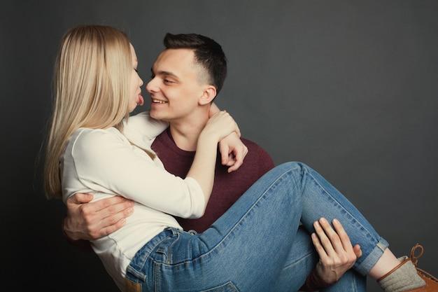 Portrait d'un beau jeune couple.