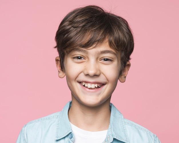 Portrait beau jeune garçon