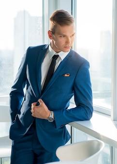 Portrait d'un beau jeune homme d'affaires en costume