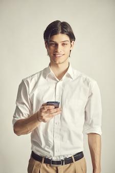 Portrait d'un beau jeune homme d'affaires