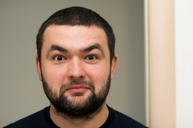 Portrait d'un beau jeune homme barbu heureux