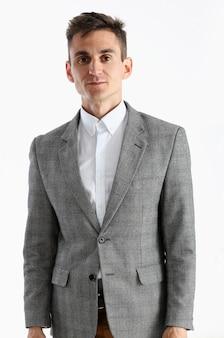 Portrait d'un beau jeune homme en chemise blanche et costume