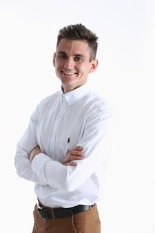 Portrait d'un beau jeune homme dans une chemise blanche
