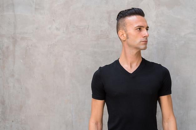 Portrait de beau jeune homme avec dégagement portant un t-shirt noir et de la pensée