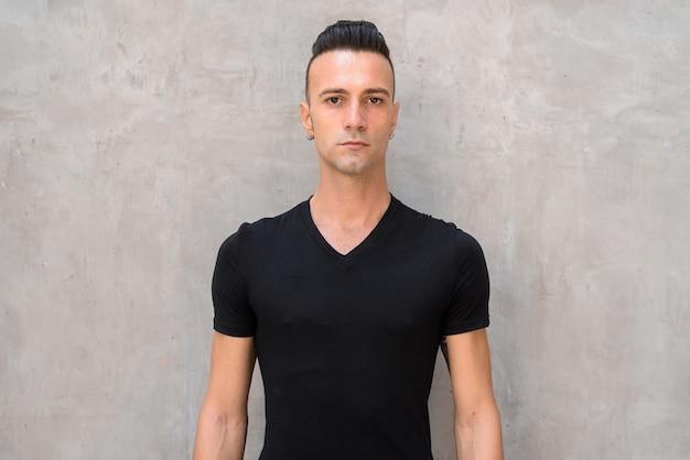 Portrait de beau jeune homme avec dégagement portant un t-shirt noir
