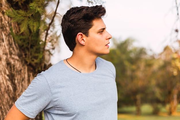 Portrait d'un beau jeune homme à l'extérieur
