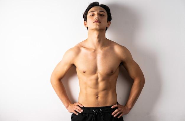 Portrait de beau jeune homme avec des muscles et une peau propres