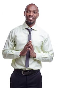 Portrait de beau jeune homme souriant africain noir