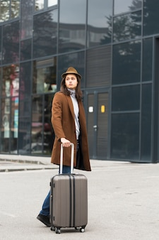 Portrait de beau jeune voyageur