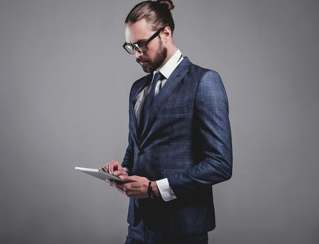 Portrait de beau mannequin d'affaires vêtu d'un élégant costume bleu avec des lunettes