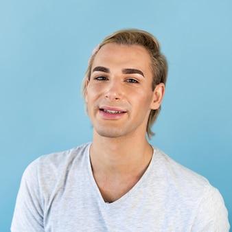 Portrait de beau maquillage masculin