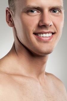 Portrait de beau mec à poil