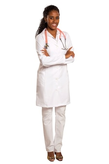 Portrait de beau médecin brésilien avec les bras croisés isolé sur une surface blanche