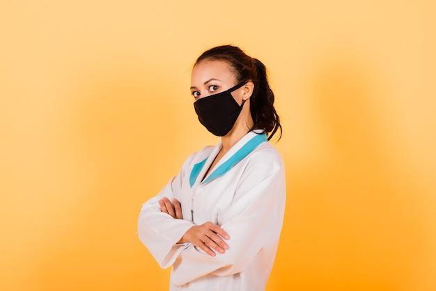 Portrait de beau médecin ou infirmière afro-américaine isolé sur fond jaune
