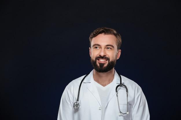 Portrait d'un beau médecin de sexe masculin