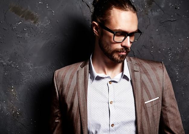Portrait, de, beau, mode, élégant, hipster, homme affaires, modèle, habillé, dans, élégant, brun, complet, dans, lunettes, près, sombre, mur