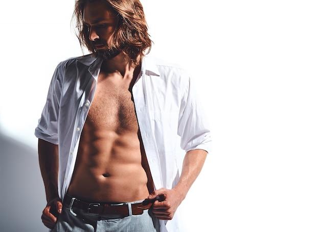 Portrait, de, beau, mode, élégant, hipster, modèle, homme, dans, chemise classique, à, poitrine nue, blanc