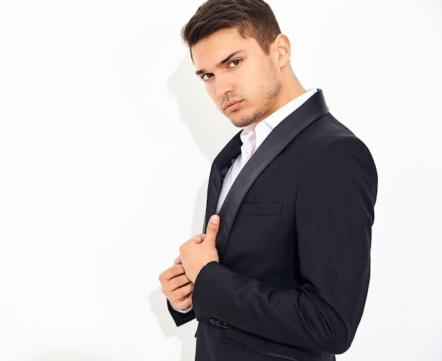 Portrait de beau mode élégant homme d'affaires modèle habillé en élégant costume classique noir posant. métrosexuel
