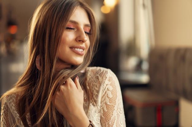 Portrait de beau modèle féminin dans un café