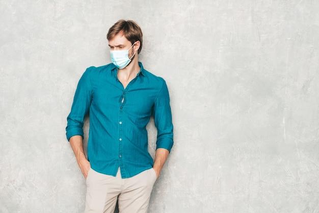 Portrait de beau modèle d'homme d'affaires lumbersexual hipster souriant portant des vêtements de chemise jeans décontractés.