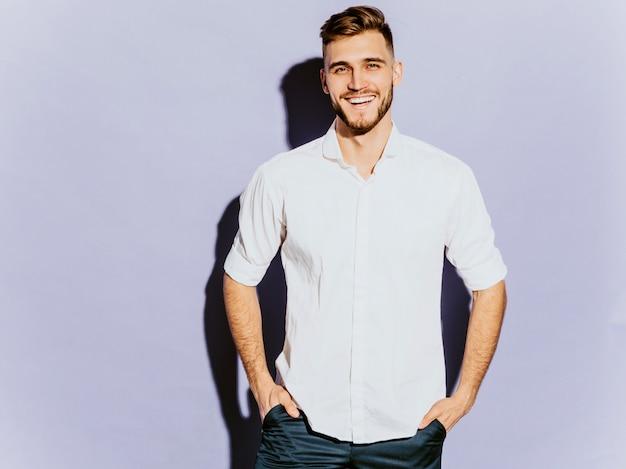 Portrait de beau modèle d'homme d'affaires souriant hipster portant des vêtements décontractés.