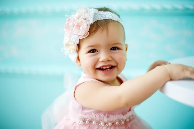 Portrait d'un beau petit bébé. fermer